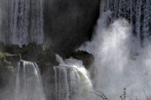 Wie ein gigantischer Wasserfall ergießt sich das neu geschaffene Geld (1,1 Billionen Euro) der EZB über Euroopa
