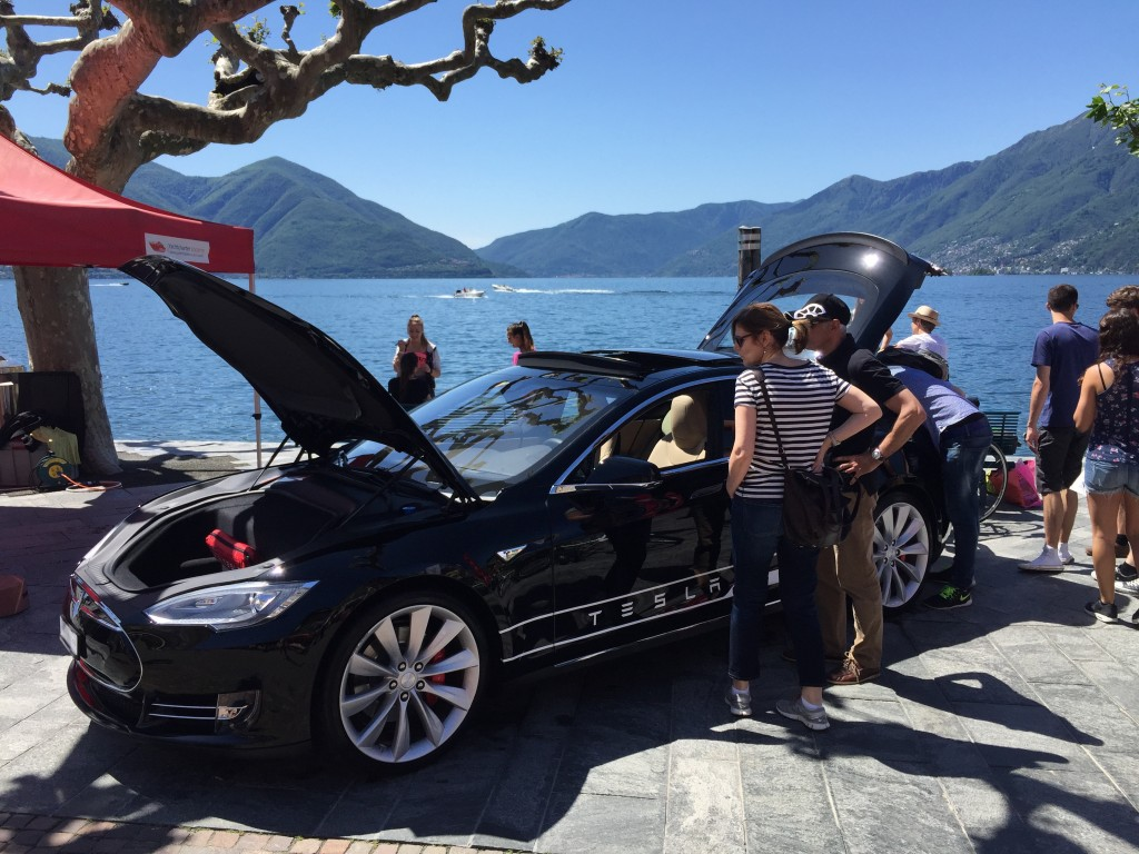 Interessenten bewundern ein Tesla Model-S